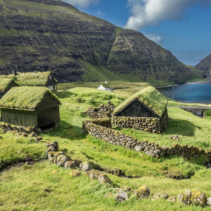 Traditionele huisjes met gras op het dak, Saksun