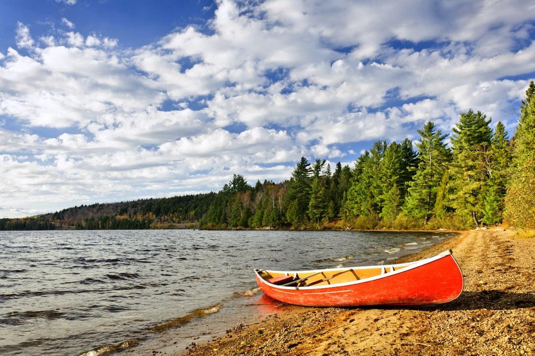 Kajak bij meer, Canada