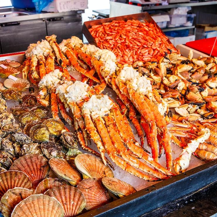 Diverse zeevruchten op een markt in Bergen, Noorwegen