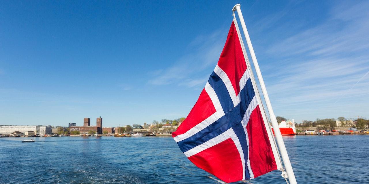 Noorse vlag bij het Oslofjord, Noorwegen