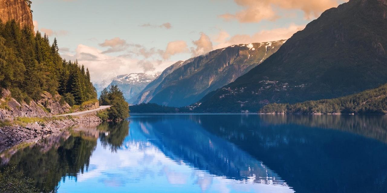 Hardangerfjord bij Odda, Noorwegen