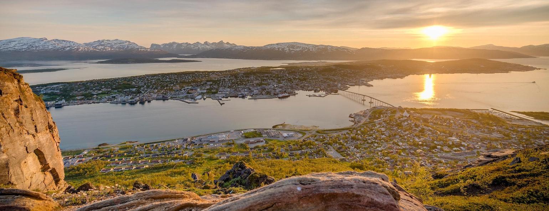 Middernachtzon vanaf de Storsteinen berg in Tromsø, Noorwegen